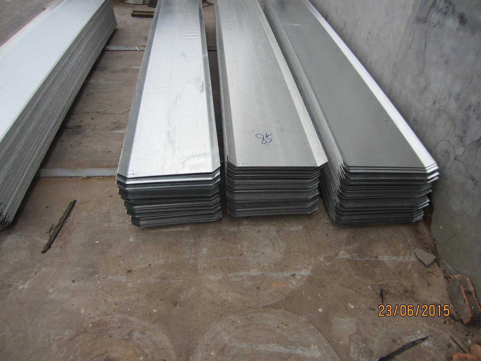 钢板止水带施工步骤: 1、应尽力保证止水钢板在墙体中线上;2、两块钢板之间的焊接要饱满且为双面焊 ,钢板搭接不小于20mm;3、墙体转角处的处理,一、整块钢板弯折;二、丁字型焊接;三、7字型焊接。4、止水钢板的支撑焊接,可以用小钢筋电焊在主筋上;5、止水钢板穿过柱箍筋时,可以将所穿过的箍筋断开,制作成开口箍,电焊在钢板上。6、止水钢板的开口朝迎水面。