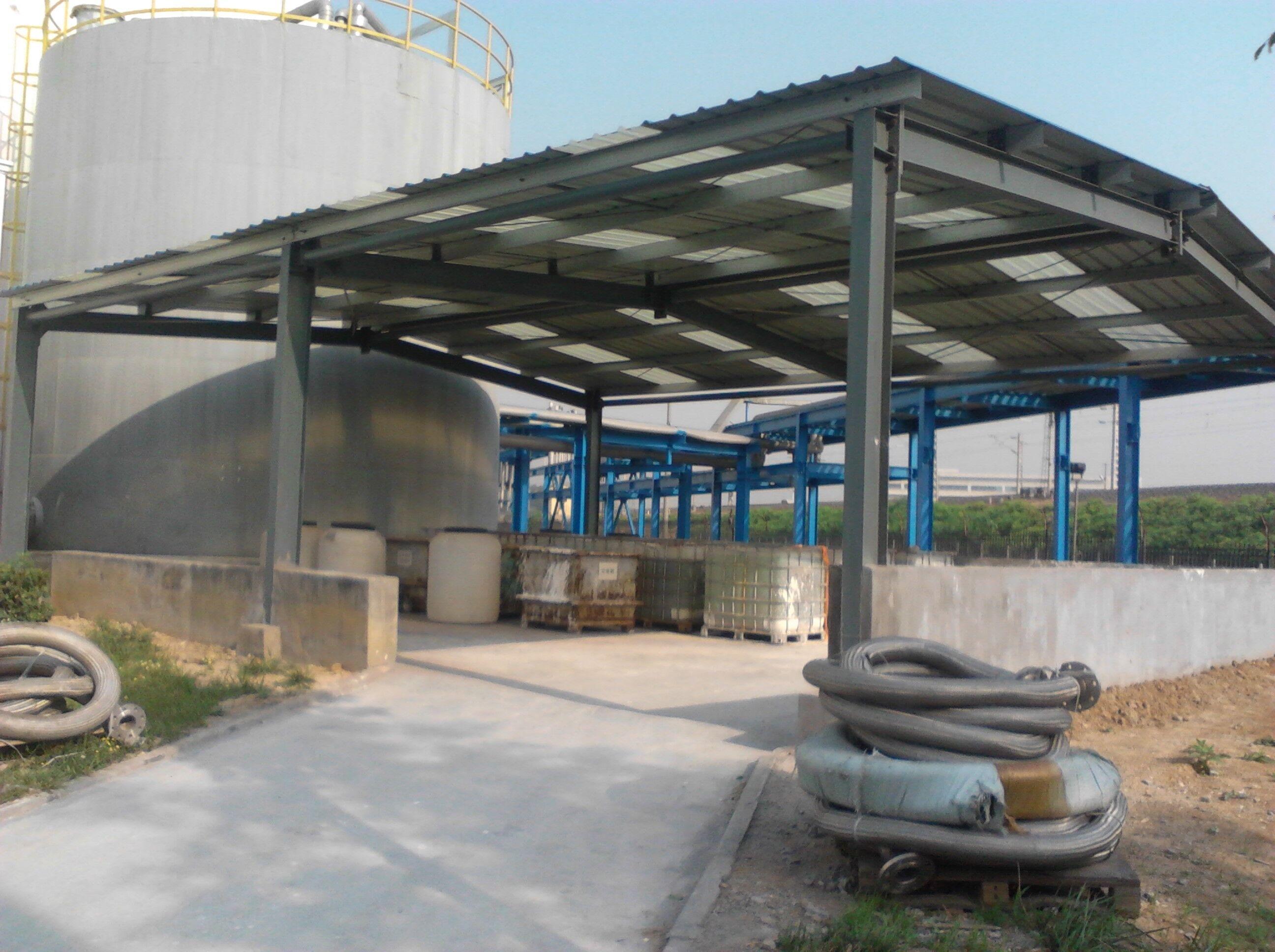 青岛腾泰钢结构有限公司的轻型钢结构厂房是以等截面或变截面H型钢为承重主体以C型、Z型檩条及柱间支撑为辅助连接件,通过螺栓或焊接等方式固定,屋面和墙面以彩色压型钢板或彩钢夹心复合板围护而形成的新型钢结构建筑体系,与传统建筑结构相比具有诸多优越特性: 1、青岛腾泰钢结构有限公司的钢结构工程材料强度高:钢的容重虽较大,但强度却高得多,与其它建筑材料相比钢材的容重与屈服点的比值最小。 2、钢结构房屋自重小:轻钢建筑主体结构的含钢量通常在25KG/-80KG左右,彩色压型钢板的重量低于10KG。轻钢房屋的自重仅为砼