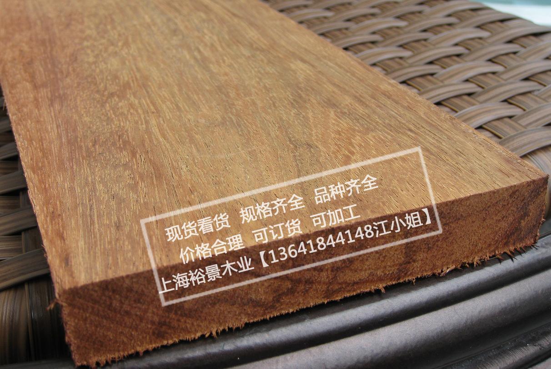 非洲菠萝格学名为格木。它的心边材区别明显,心材黄褐色至红褐色,具深色同心圆状条纹,边材浅黄色;宽2~5cm,生长轮不明显。 非洲菠萝格的木材光泽强,纹理交错;强度高;干缩性大;砂光、车旋、胶黏性能好;很耐腐,抗白蚁。 非洲菠萝格多适用于重型建筑、耐久性用材、桥梁、港口和码头用材、枕木、重载地板、车辆、鱼船、工具柄中。 菠萝格用途:适用于户外地板、户外家具、户外防腐木屋、花架、花盆等  非洲菠萝格学名为格木。它的心边材区别明显,心材黄褐色至红