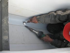 承揽轻钢屋面、彩钢屋面、厂房防水保温工程施工,包工包料