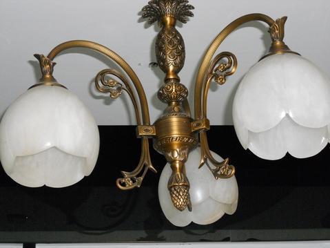 精心设计的新古典主义风格的灯具,既雍容华贵,又与现代新潮建筑相吻合