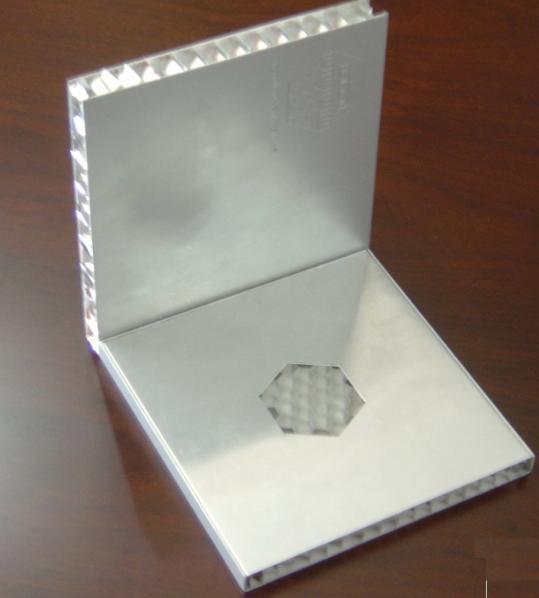 正六边形的天然蜂窝是蜂族的杰作,以蜂窝结构作为夹层结构的芯材是