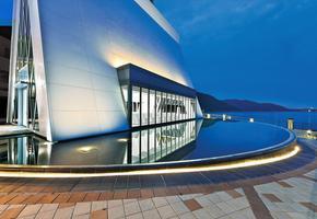 香港愉景湾白色小教堂  静水面架空系统
