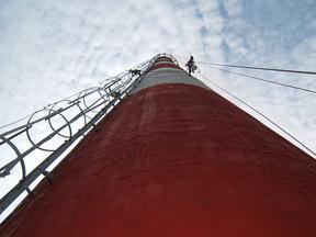 烟囱新装爬梯