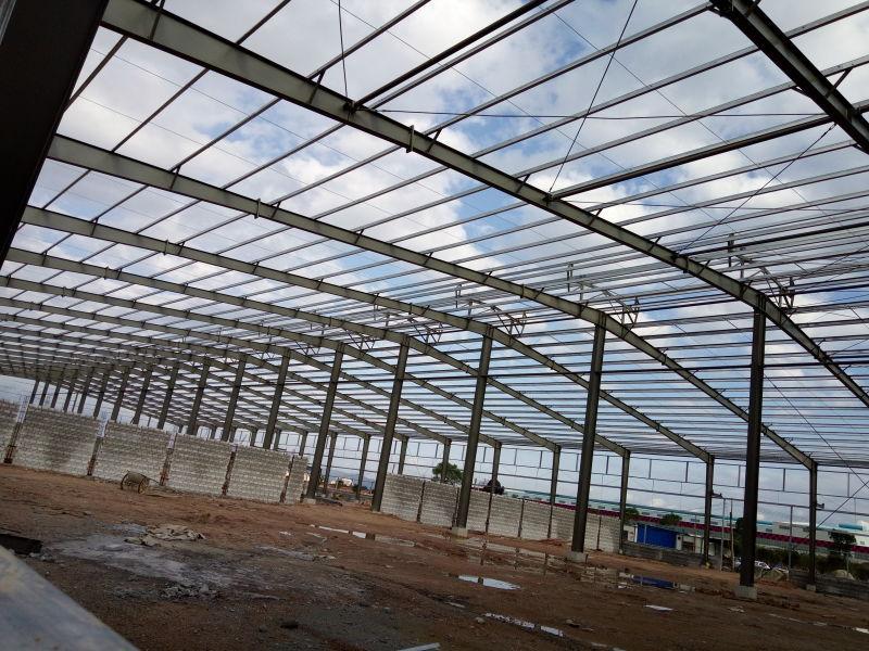 中航钢结构厂房主要是指主要的承重构件是由钢材组成的。包括钢柱子,钢梁,钢结构基础,钢屋架(当然厂房的跨度比较大,基本现在都是钢结构屋架了),钢屋盖,注意钢结构的墙也可以采用砖墙维护。由于我国的钢产量增大,很多都开始采用钢结构厂房了,具体还可以分轻型和重型钢结构厂房。 用钢材建造的工业与民用建筑设施被称为钢结构。