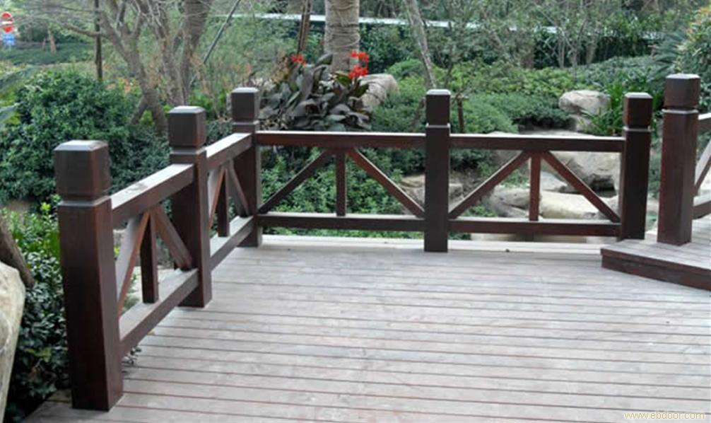 仿木栏杆有哪些显著的特点 很多企业用户都都有买仿木栏杆的打算,但是朋友们真正的了解仿木栏杆么?仿木栏杆都有哪些特性?这些您都了解么?今天成都联通装饰就给大家站在专业角度分析一下: 仿木建筑特点 仿木是以混凝土为基本材料的新一代环保产品,与真木制品有同样的观感和亲和力,先进的仿真技术,逼真的仿真效果,乃至细小到每一条木纹、色感上做到保持木材的原色,更贴近自然,更增加城市灵气。 可塑性大、强度高、使用寿命长,仿真度高、艺术感强、绿色环保、不腐、不燃、不变形是现代仿木建筑的特点。 1、可塑性大 根据你的喜好,设