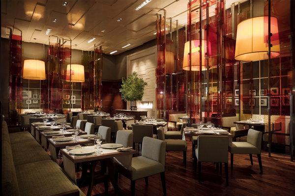西餐厅装修是一个典雅精致的环境的营造过程,在西餐厅之中每个地方都要有闪光点,将在整个空间营造成一个商业化的艺术空间,给人以美好的体验。西餐厅装修要以舒适为主,是给客人一个优雅舒适环境,因此环境设计一定要非常的高,西餐厅装修一样,都是利用装饰手法来引导消费的工作,重要的是给人舒适、自由的轻松感觉,这是西餐厅装修的成败的关键,只有营造一个舒适的合适的环境,才能够吸引到更多的消费者,才能有好的经营效益。 在中国民以食为天,随着改革开放以来,人们越来越多的了解到西方文化,包括西方餐饮文化。经济条件的发展,成都人们
