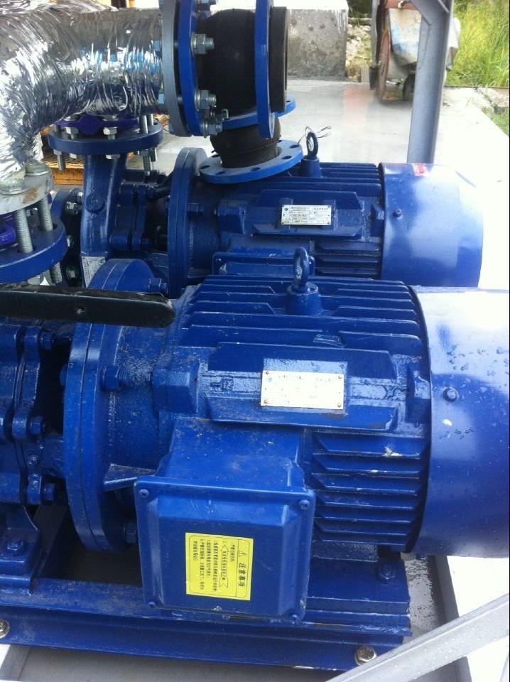 闭式冷却塔(也叫蒸发式空冷器或密闭式冷却塔)是将管式换热器置于塔内,通过流通的空气、喷淋水与循环水的热交换保证降温效果。由于是闭式循环,其能够保证水质不受污染,很好的保护了主设备的高效运行,提高了使用寿命。外界气温较低时,可以停掉喷淋水系统,起到节水效果。随着国家节能减排政策的实施和水资源的日益匮乏,近几年密闭式冷却塔在钢铁冶金、电力电子、机械加工、空调系统等行业得到了广泛的应用 优点:提高生产效率,软化水循环,无结垢、无堵塞、无损失; 延长设备寿命,保障设备可靠、稳定运行,减少故障,杜绝事故;全封闭循环