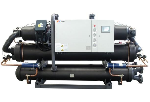 冷水机厂冷却切割机,打标机,雕刻机等设备的CO2激光玻璃管,半导体激光器,或光纤激光器。用户可根据激光器不同功率选配适用冷水机。 激光冷水机简介 冷水机厂是工业制冷机对激光行业的一种个别化应用,激光冷水机主要是对激光设备的激光发生器进行水循环冷却,并控制激光发生器的使用温度,使激光发生器可以长时间保持正常工作。激光设备在长时间运行过程中,激光发生器会不断产生高温,温度过高就会影响激光发生器的正常工作,所以需要激光冷水机进行水循环冷却控温。 针对激光发生器的类型,冷水机分类方式,把激光冷水机分为二氧化碳玻璃