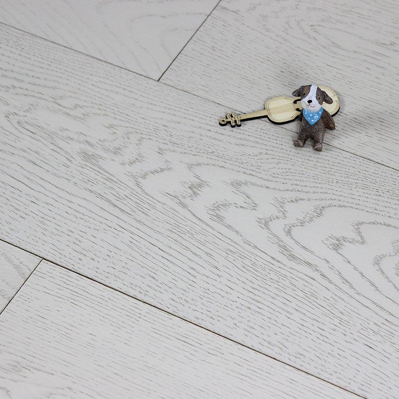 橡木:橡木,即栎属。橡木树心呈黄褐至红褐,生长轮明显,略成波状,质重且硬,广泛用于装潢用材和制作家具。它们分布在北半球温和地区,主要是北美洲。橡木在马来半岛地区盛产,其中北美洲以美国宾州红橡最为著名。 优点:1) 具有比较鲜明的山形木纹,并且触摸表面有着良好的质感。