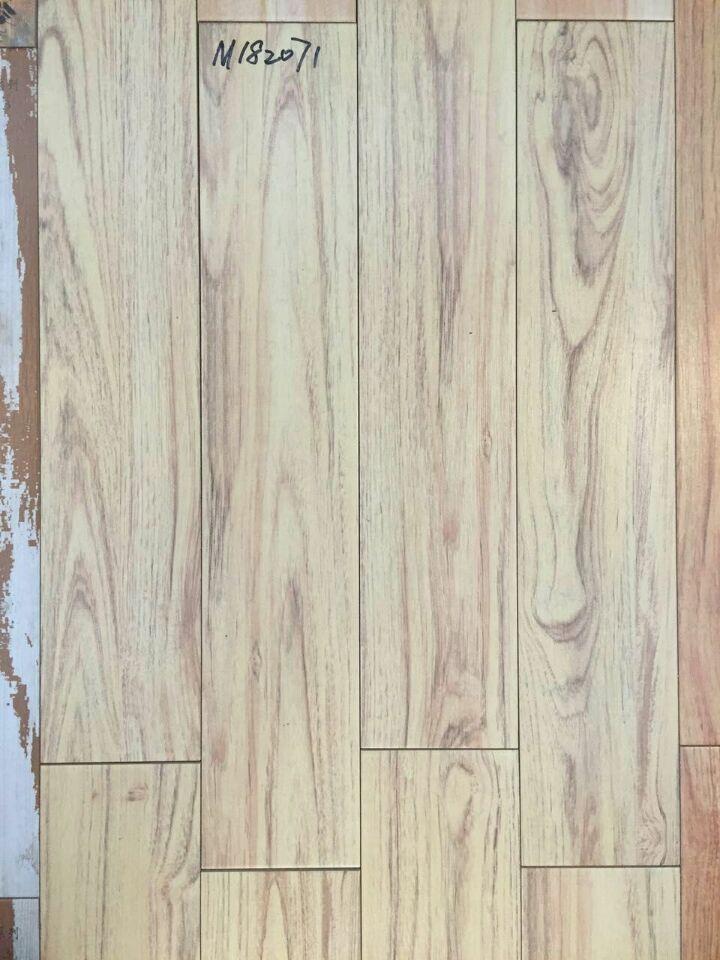 800乘150mm仿木纹地板砖 罗麦瓷砖 产地:广东佛山 产品种类:光面仿木纹瓷砖 产品尺寸:800乘150mm 产品特点:木纹砖是一种表面呈现木纹装饰图案的高档陶瓷新产品,纹路逼真、自然朴实、没有木地板退色、不耐磨等缺点,易保养的光釉面砖,它以线条明快,图案清晰为特色,木纹砖具有逼真度高,惟妙惟肖地仿造出木头的细微纹路,表面经防水处理,易于清洗,如有灰尘沾染,可直接用水擦拭,本身具有阻燃,不腐蚀的特点,是绿环保型建材,产品使用寿命长,耐磨,无需像木制产品那样周期性地打蜡保养等特征。有木地板的效果,又有比
