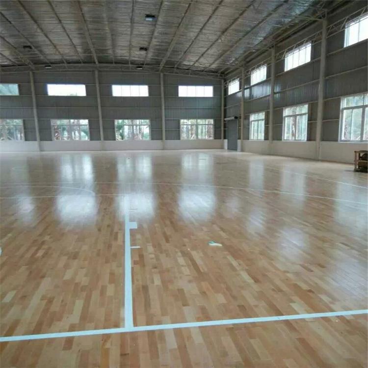 学校篮球木地板厂家 室内体育馆实木羽毛球运动地板施工,以上产品的报价仅供参考,详情价格也可以联系我们哦。 篮球场上的木地板,对硬度的要求是非常高的,因为保证运动员的安全是最起码的要求。其次就是耐久性,这种公共场合不可能说是经常维修,当然,欧氏地板厂提醒您平时要注意保养和清洁,也对延长耐久性有一定的作用。对于篮球场木地板来说,只需要定期清洗就可以了。 随着人们生活质量的日益提高,大家对体育运动表现出了全所未有的热爱,目的不仅仅是强身健体,也是个人一种对生活品质的追求。当我们在室内运动时,通过一些可控的外部因