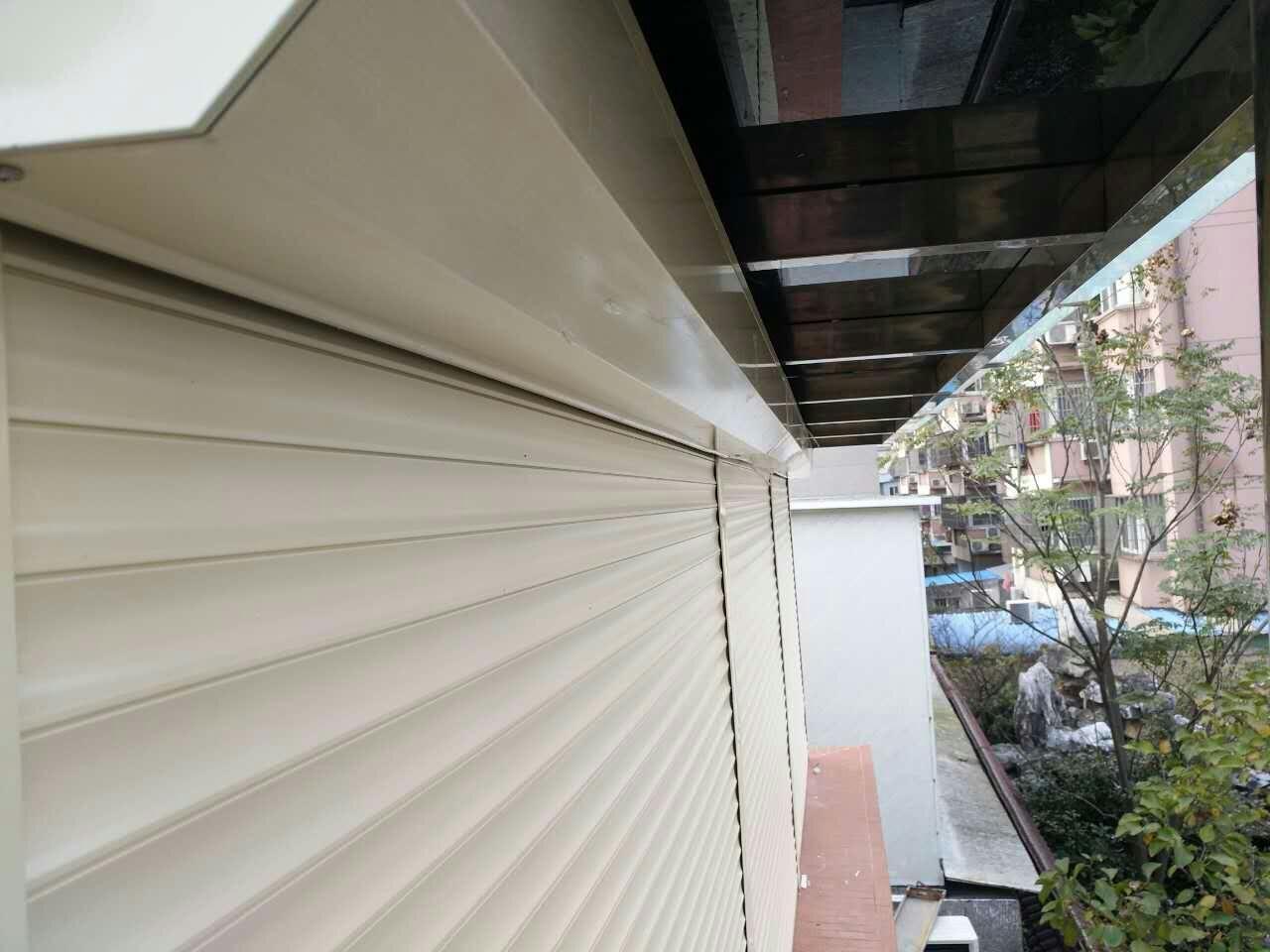 卷帘窗/外遮阳卷帘窗/欧式卷帘窗/织物外遮阳卷帘特点----------首选苏州博仲升建筑安装有限公司 1、开启方式灵活,有手动、电动、遥控,操作简单,使用安全,是传统卷帘门窗所无法比拟的 2、保温节能 :卷帘型材中间填充的环保隔热材料,可以有效保持室内温度,节省大量能源,且绿色环保。 3、隔音降噪:卷帘门窗不但自身运行没有噪音,而且可以大大的降低外界噪音的干扰,使生活,工作,学习不受影响 4、安全防盗:卷帘门窗内部配有防上推及防撬装置,关闭后从外面打不开,坚固耐久,安全防盗 5、欧式卷帘门窗外形时尚美观