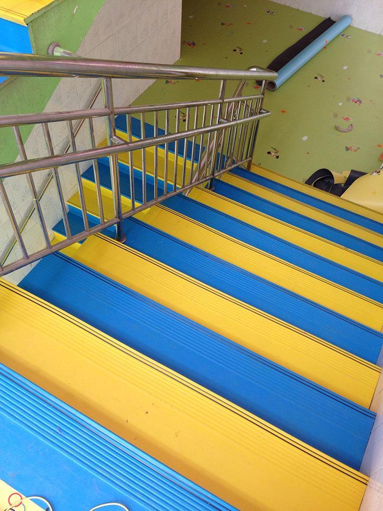 彩色楼梯踏步,幼儿园安装什么样的楼梯好?