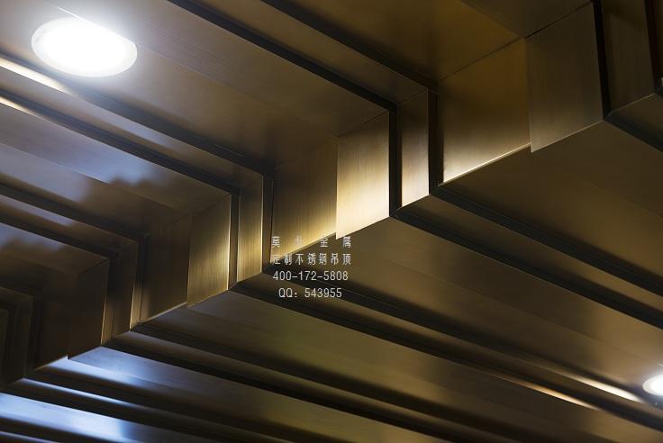 装饰工程是利用各种装饰材料及科学合理的工艺,为满足建筑功能及审美等要求,对建筑空间进行合理的,艺术的调整和设计的项目。仿古铜拉丝不锈钢吊顶天花是杭州莫戈金属为业主打造的办公室,金属质感设计高端豪华。 在现代建筑中,不锈钢是用得最为广泛的一种装饰工程材料,利用金属本身的质地,本色或者加以表面处理,可以打造各种金碧辉煌,色彩斑斓的不锈钢装饰工程,比如不锈钢屏风,不锈钢隔断,不锈钢吧台,不锈钢门套,不锈钢旋转门,不锈钢幕墙,不锈钢吊顶天花,不锈钢拱门,不锈钢酒柜,不锈钢造型建筑,不锈钢圆柱等,还有各种摆设物件,