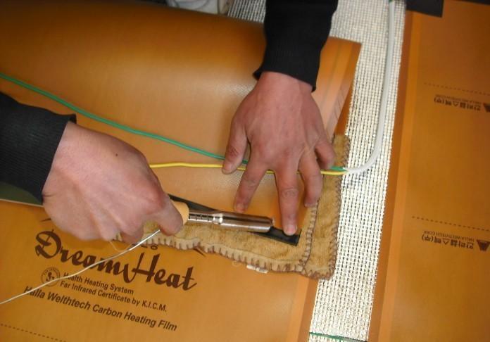 韩国HEATING系列远红外线碳素面状发热板在韩国经历几十年的研究、实验与实践,凭借其健康.环保. 节能.经济.耐久.安全.便利等优势品质在暖通领域里独占鳌头。远红外线碳素面状发热板是以碳素作为发热材料,通过远红外线热辐射使周围密实物体先行吸收能量,使其温度升高,然后再由这些物体散发辐射热来自然均匀地升高室内温度。