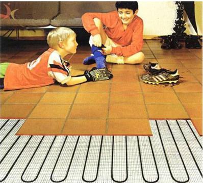 地面覆盖材料选用强化或实木复合地板
