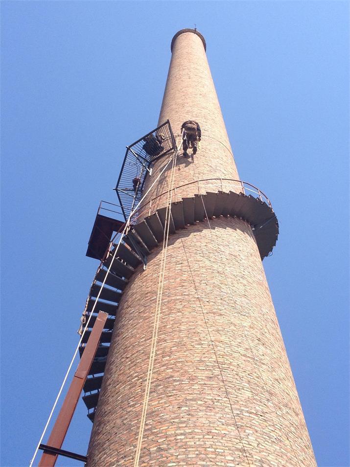 专业烟囱制作安装旋转爬梯施工方案 一、工程概况 咸阳彩虹热电有限公司120米烟囱在标高30米处 ,制作安装旋转爬梯一座。 二、施工方法 (一)、施工顺序: 下料热浸锌处理焊接安装焊接处防腐处理 (二)下料 根据业主方提供的120米烟囱图纸,由技术人员计算出整个囱身旋转爬梯所需的材料,并结合图纸上尺寸,由操作工切割下料,技术员全程指导。材料全部切割好后进行热浸锌防腐处理。 (三)平台焊接安装 结合我施工队多年的旋转爬梯及平台施工经验及贵公司的实际情况,我公司拟定以下施工方案: 1、本工程采用不搭脚手架、