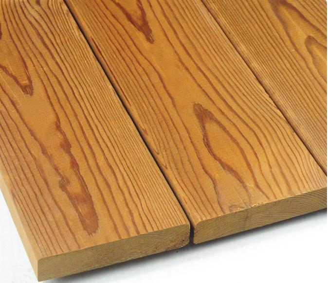 也称为完全炭化木、同质炭化木。是经过200度左右的高温炭化技术处理的木材,由于其营养成分被破坏,使其具有较好的防腐防虫功能,由于其吸水官能团半纤维素被重组,使产品具有较好的物理性能,深度炭化防腐木是真正的绿色环保产品,尽管产品具有防腐防虫性能,却不含任何有害物质,不但提高了木材的使用寿命,而且不会在生产过程中使用过程中以及使用后的废料处理对人体、动物和环境有任何的负面影响。深度炭化木在欧洲有接近十年的使用经验,是禁用CCA防腐木材后的主要换代产品。深度炭化防腐木广泛应用于可墙板、户外地板、厨房装修、桑那