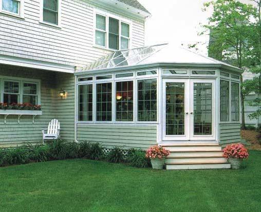 阳光房可以搭建在复式楼的露台,一楼的私人花园,楼宇的顶层,私人