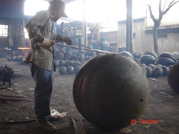 我厂的焊接球网架节点、直径80mm-950mm焊接球是中国中轻产品质量保障中心重点推荐产品。手机:13852038211 我厂是一家专业生产焊接球节点的独资民营企业。本厂可为各种焊接球钢网架、焊接球、螺栓球混合网架提供各种规格、结构、材质的焊接球节点,质量可靠、服务周到、生产周期短、信誉好。曾为国内多个著名工程提供焊接球节点的生产服务。如:上海东方明珠、渤海湾石油钻井平台、哈尔滨机库、圳头机场、南京绿口机厂等。手机:13852038211