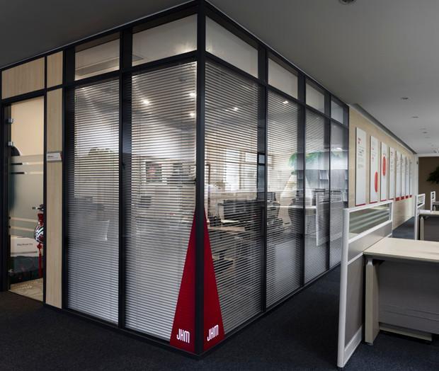 办公室玻璃隔断特性: 1、能让空间充满弹性 双玻内置铝镁百叶帘隔断启闭可以使空间或分或合,多种组合方式让你拥有更多的选择。 2、能提高空间利用率 以最合理的手段,实现传统的空间分隔的功能,通过连接件将单面与双面两种不同厚薄的隔间系统连接,任意调节角度,让空间得到最充分的利用。 3、能起到一定的私密性 高隔间在居室中既起到分割空间的作用,但同时它又不像整面墙体那样将居室完全隔开,而是在隔中有连接,断中有连续,这种虚实结合的特点使隔断成为居室装修中一个有很大创作余地的项目,成为居家主人和建筑设计师展现个性与才