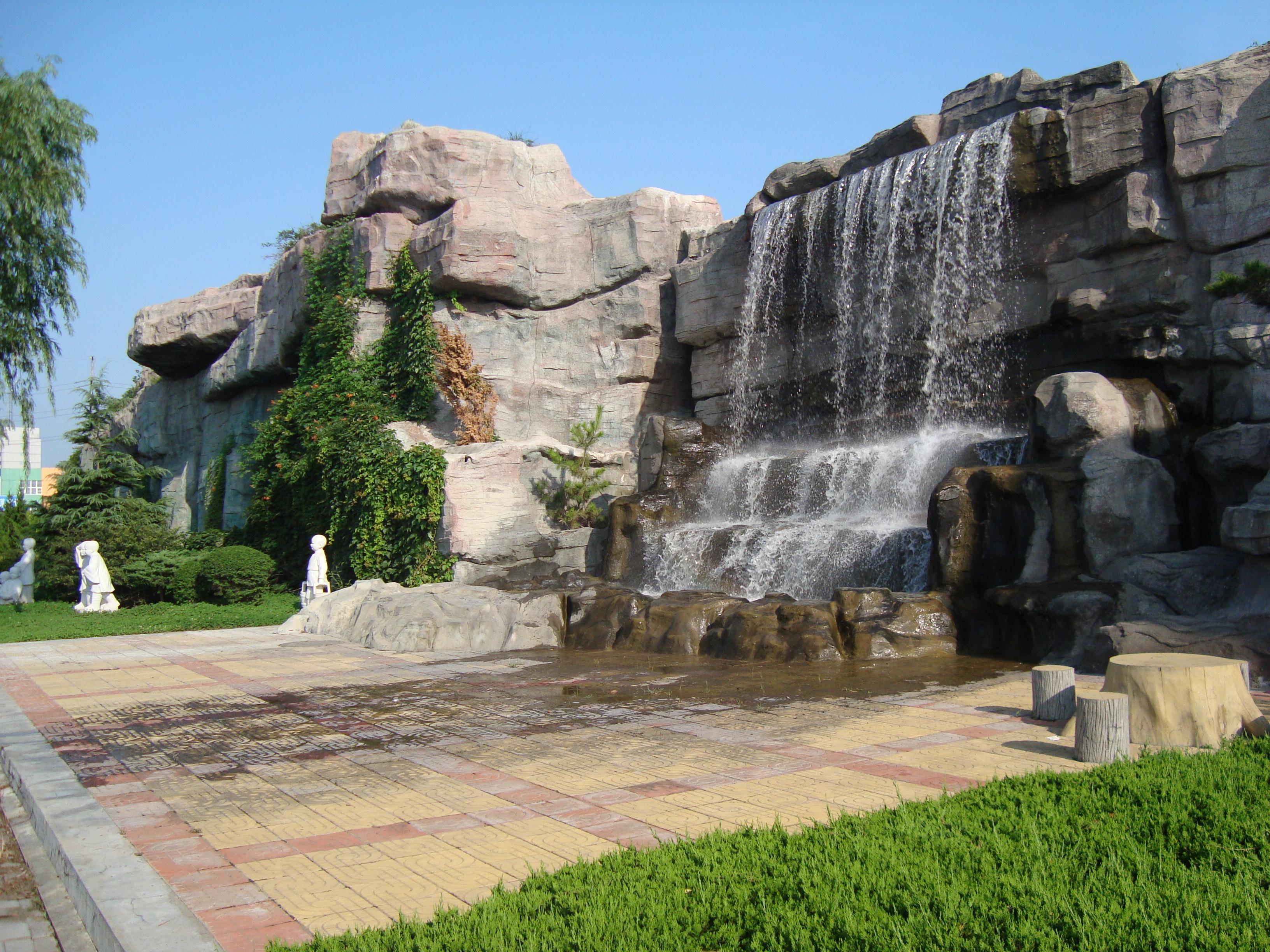 各种景观雕塑,以及大型墙壁手绘画.