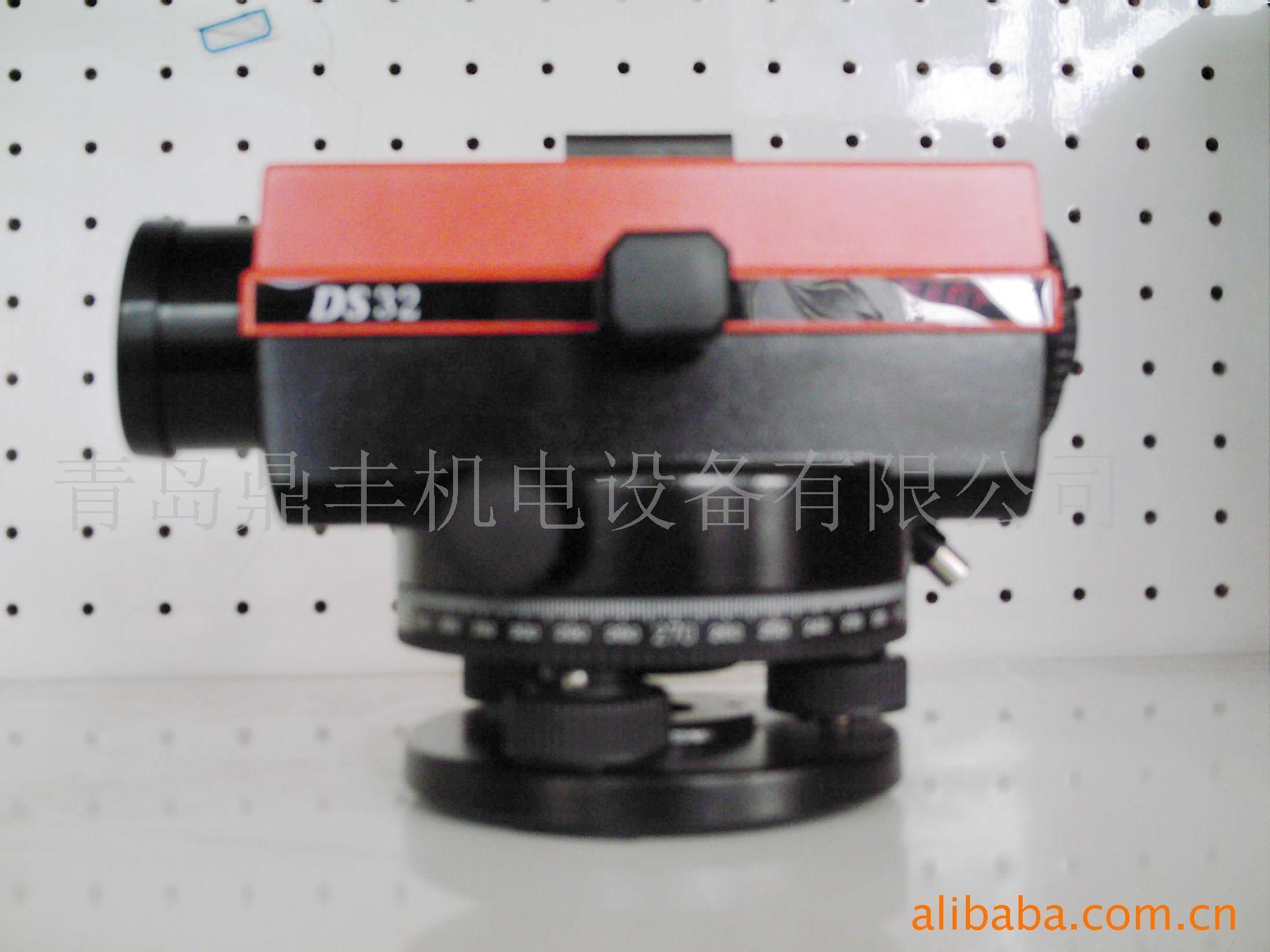 空气阻尼水准仪是应用广泛的大地测量仪器, 多用于国家级水准测量,建筑工程测量和大型 机器的安装。 本产品可以满足各种建筑施工工程及水准测量 要求,具有自动补偿功能,可大大提高工作效 率及避免差错等。 技 术 参 数 仪器型号 DS20 DS22 DS24 DS26 DS28 DS30 DS32 望远镜 正像 放大倍率 20X 22X 24X 26X 28x 30x 32x 物镜口径 36mm 40mm 视场角 120 最短视距 0.