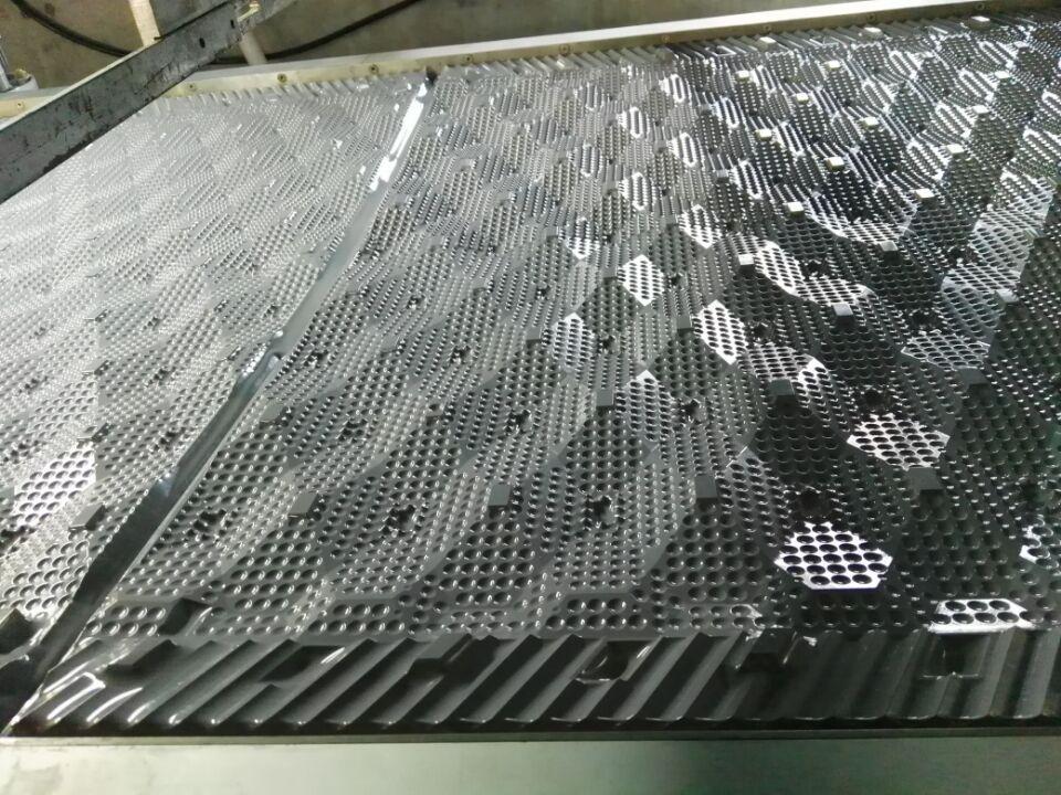 产品名称:斯频德填料 生产厂家:北京亚通恒业科技有限公司 颜色: 灰色 产品特点:具有重量轻,强度大,阻燃性能好、耐腐蚀,设计先进,通风阻力小,亲水性强,接触面积大等特点。 规格型号:外形尺寸:850*1000mm 1000*1000mm 1300*1000mm 片距:15mm 片厚:0.25-0.4mm 适用温度:75~35 适用范围:方形横流式冷却塔 产品介绍: 填料是冷却塔换热的关键部件,塔中气、水热交换过程主要在淋水填料中完成的,所以淋水填料热力和阻力特性是影响冷却塔冷却效果的主要因素。而填料材