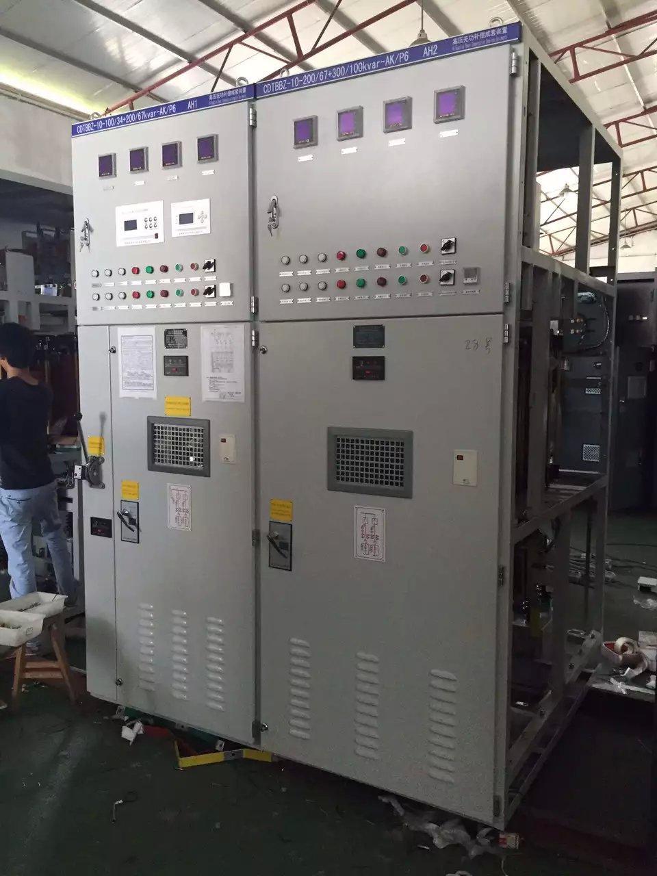 ZRKJTBBZ-1140(660)系列 矿用防爆型自动无功功率补偿装置 1、概述 目前,在各工业企业中, 由于感性负载的大量使用而导致供电系统功率因数偏低成为普遍存在的问题。 而功率因数的降低将造成能源的浪费, 设备端电压的降低,供电系统容量的增大等一系列的问题。 提高功率因数已成为很多企业的节能项目之一。在煤矿企业中,供电系统的负载以三相异步电动机为主,使功率因数偏低的问题更为突出。同时,煤矿井下复杂的环境条件和对电气设备的特殊要求,为提高功率因数带来了更多的技术困难和更高的要求。所以提高煤矿井下大功