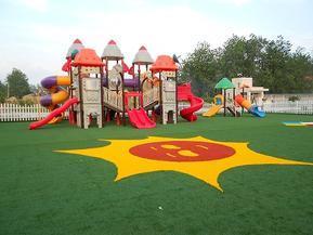 幼儿园铺设人造草坪