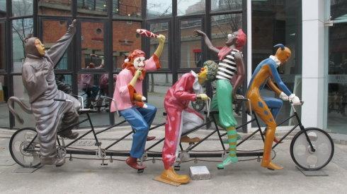 上海零爵人物小丑彩绘雕塑