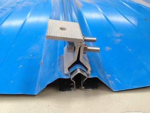 金属屋面防风加固简述:钢结构彩钢金属屋面板防风加固(抗风夹具)