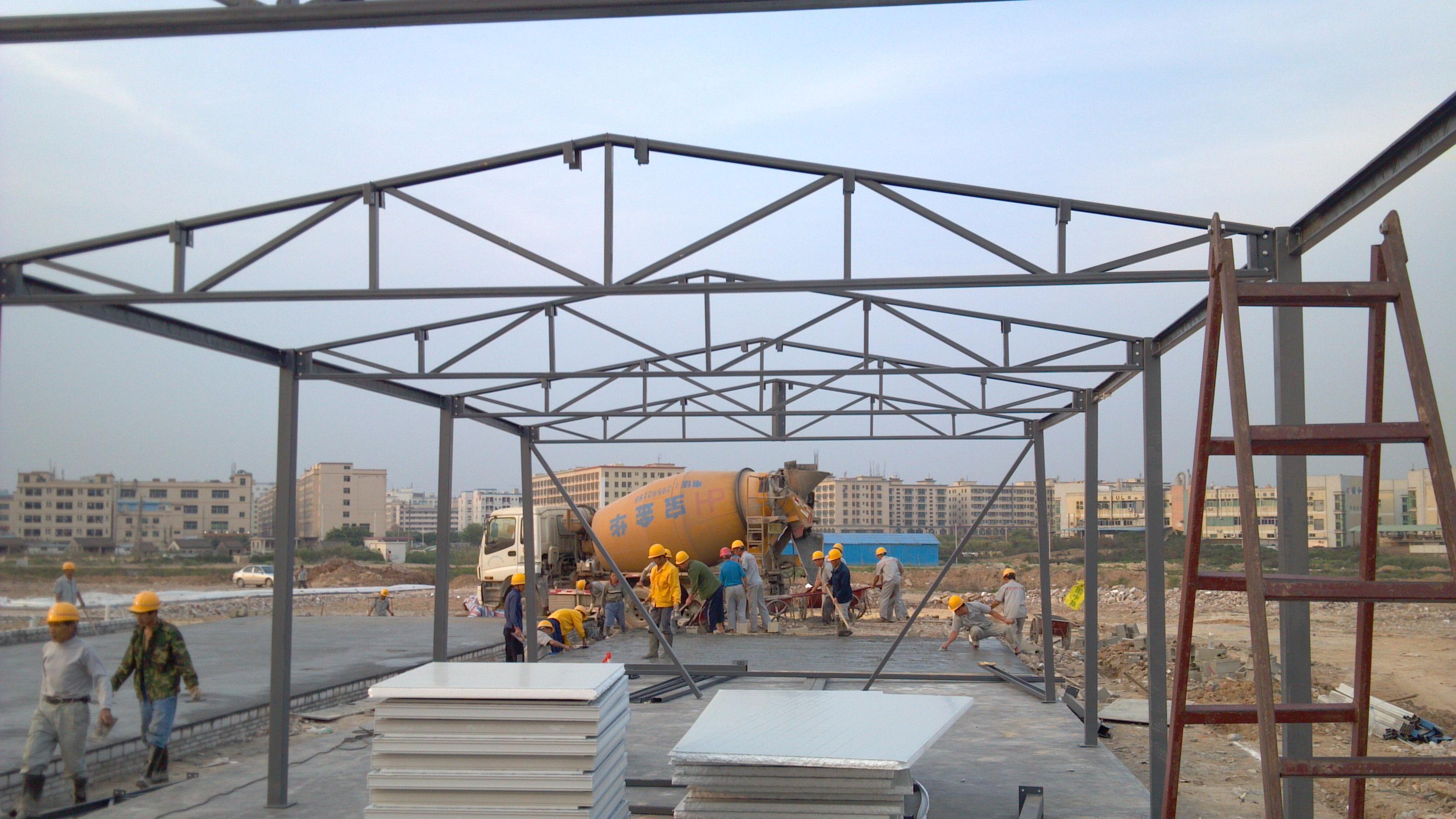 活动板房定义: 活动板房采用轻钢结构形成其骨架系统,以夹芯板为