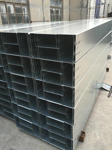 电缆桥架的安装主要有沿顶板安装,沿墙水平和垂直安装,沿竖井图片