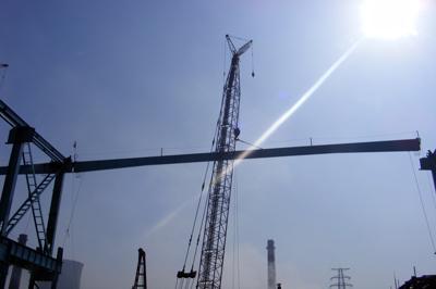 钢结构公司南钢4700毫米宽厚板项目屋面梁成功吊装(图