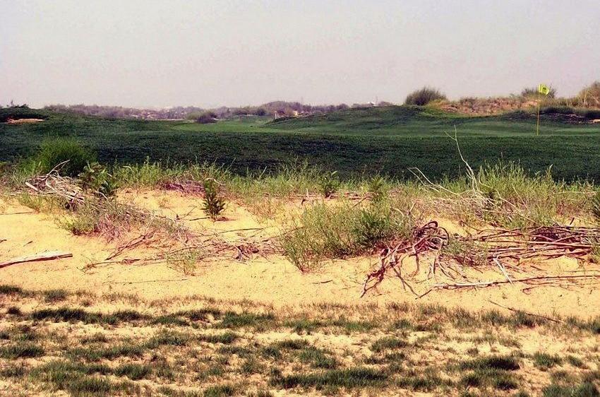 陕西沙漠违规建设高尔夫球场 农民无水喝