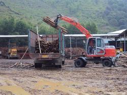 夹木头小型挖掘机视频/双驱小型轮式挖掘机视频