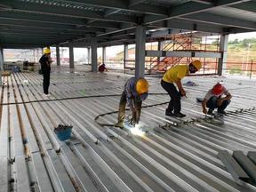 YX75-200-600楼承板安装现场图片