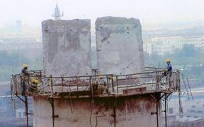 人工拆除水泥烟囱