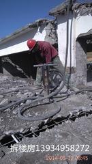 拆除混凝土工人
