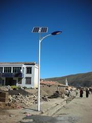 云南太阳能路灯6米设备含工程报价