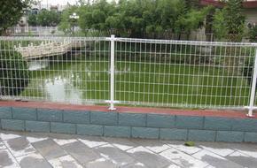 池塘铁丝网 水库隔离网  水渠围栏网 水源地隔离围网