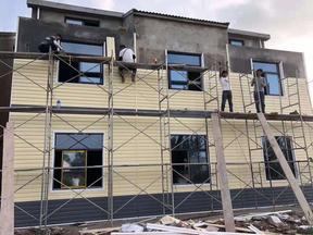 pvc外墙挂板厂家轻钢别墅装饰板护墙PVC塑扣板旧房改造墙面木纹干挂板
