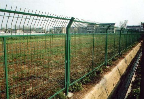 贵阳高速公路护栏网 铁路防护网 小区围网 球场围栏 车间隔离栅 工厂防护栏 围墙网