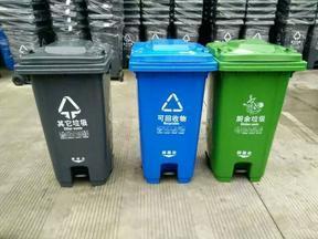 陕西西安小区物业240升绿色塑料垃圾桶,带脚踏可上挂车