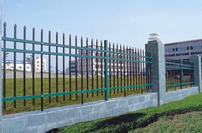 现货销售 北京围墙锌钢护栏 绿地草坪蓝白围栏 学校操场铁艺栅栏